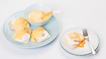 Eiersaus met gepocheerd ei oftewel Eggs benedict voor ontbijt brunch of lunch