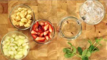 Bowl maken van vlierbloesem wijn en vers fruit een lekkere frisse drank
