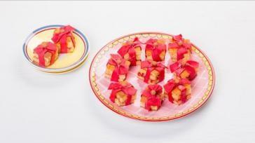 Gevulde kleine cakejes maken in de vorm van een feestelijk cadeautje