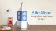 Surprise maken een raket van karton en aluminiumfolie