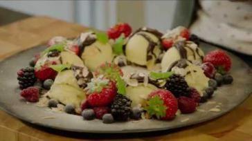 Feestelijk en gemakkelijk dessert met ijs fruit en chocolade