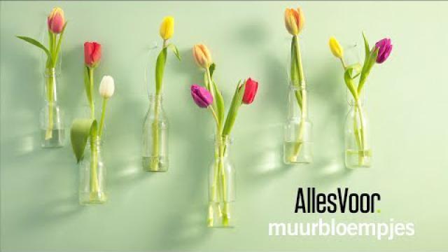 DIY-Een-fleurige-wanddecoratie-maken-met-flesjes-en-bloemen
