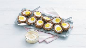 Scotch eggs oftewel vogelnestjes maken met gekookte eieren rundvlees en broodkruim