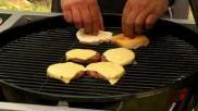 Broodje hamburger maken op de BBQ met kaas en tomaat