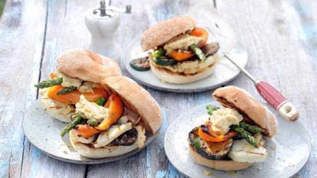 Vega-bbq-recept-halloumi-burger-met-zelfgemaakte-humus