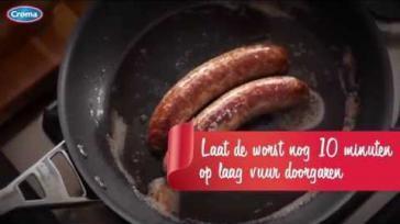 Verse worst voorgaren kruiden en braden in de pan