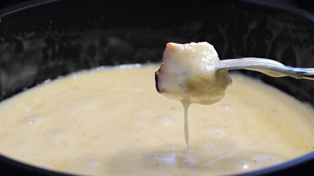 Kaasfondue recept: basis bereiding met geraspte kaas.
