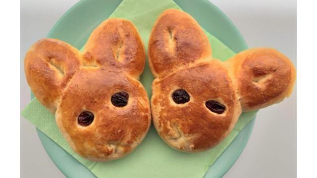 Paasbroodjes: broodhaasjes maken van kant-en-klaar deeg.