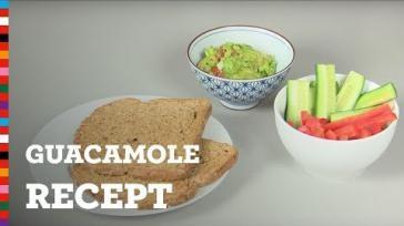 Guacamole maken met tomaat en verse kruiden