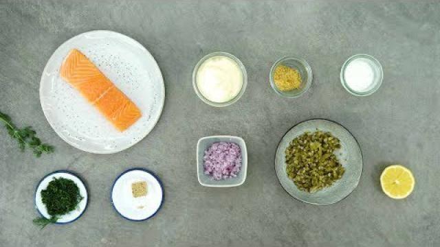 Zalmsalade-maken-met-verse-zalm-augurk-en-ui