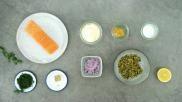 Zalmsalade maken met verse zalm augurk en ui