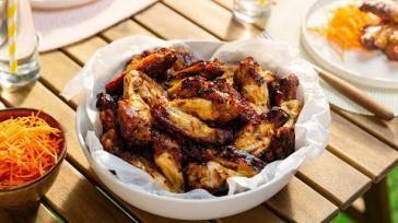 Kippenvleugels marineren met zelfgemaakte barbecuesaus