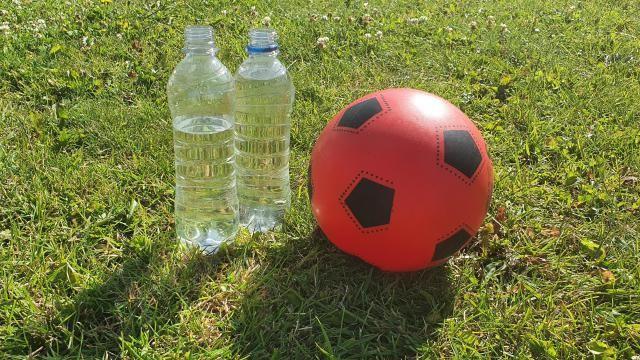 Hoe moet je flessenvoetbal spelen?