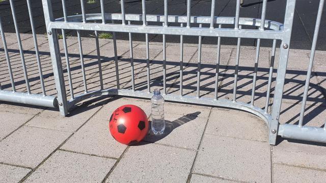 Flessenvoetbal variant: Bescherm de fles