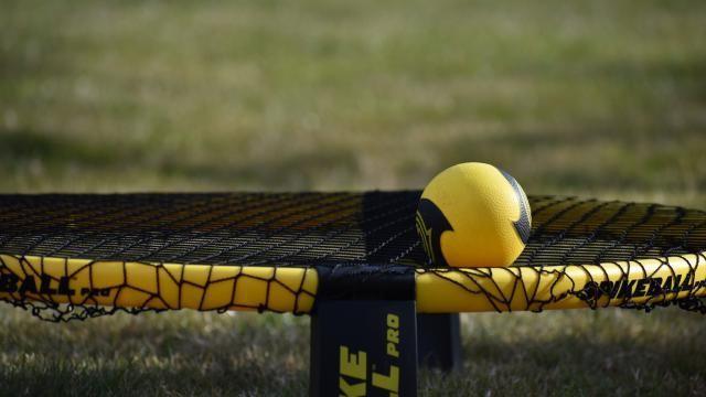 Hoe moet je spikeball spelen?