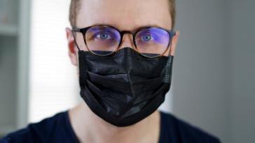 Hoe kun je het beste een mondkapje en bril dragen