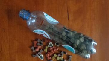 Simpel flessenspel voor je hond maken met koekjes erin