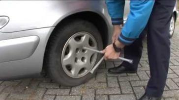Hoe kun je zelf de lekke band van je auto wisselen