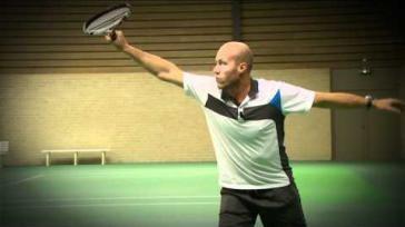 Tennissen hoe kun je met een doorzwaai een goede backhand slag maken