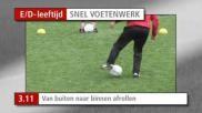 Hoe moet je bij het voetballen de bal van buiten naar binnen afrollen