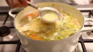 Zelf kippenbouillon maken met kip groente en kruiden