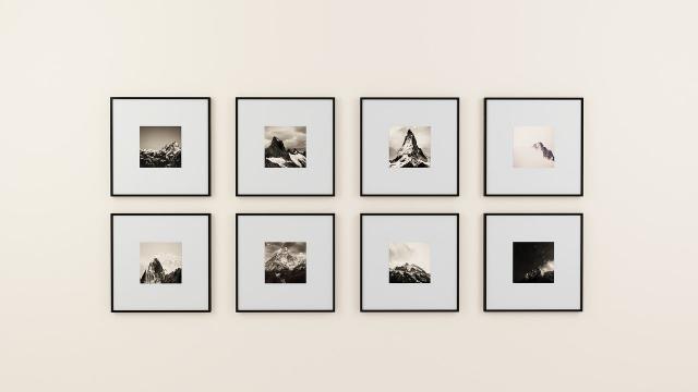 Met fotolijsten een collage op je muur maken.