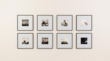 Met fotolijsten een collage op je muur maken