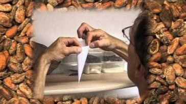 Hoe kun je een cornetje spuitzakje vouwen om chocolade versieringen te maken