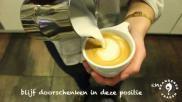 Koffie cappuccino schenken met een hartje in het melkschuim