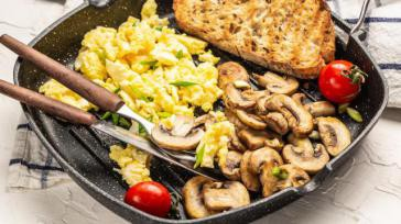Hoe kun je roerei met verse roomkaas gebakken champignons en rucola salade maken