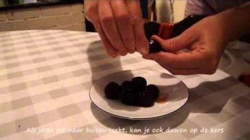 Hoe kun je kersen ontpitten met een mes paperclip of ontpitmachine