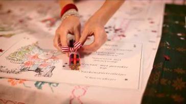 Kersttafel decoreren op een kindvriendelijke manier zo doe je dat