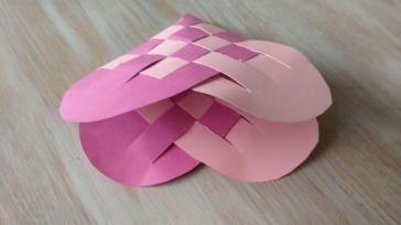 Hoe kun je een hartenmandje knutselen om bonbons in te verpakken