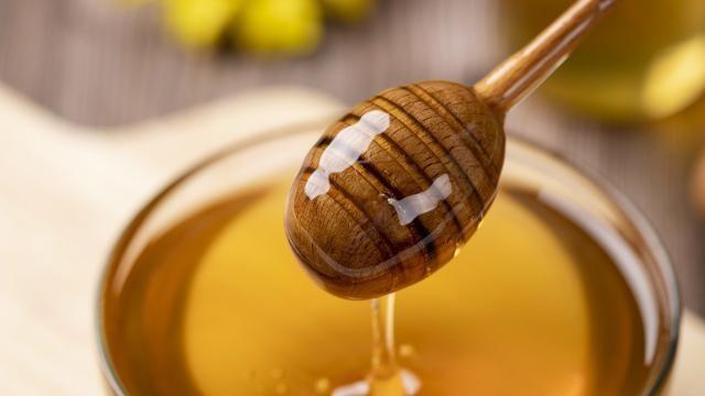 Hoe kun je een verzorgend gezichtsmasker maken met honing, yoghurt en cacao?